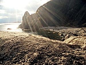 Лучи солнца. Море. Скалы. Форма существования