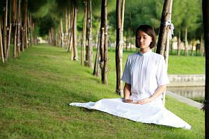 Искусство медитации. Девушка медитирует